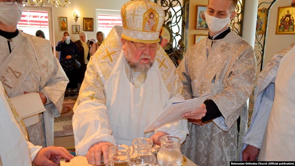Архиепископ Артемий (Кищенко) (в центре)
