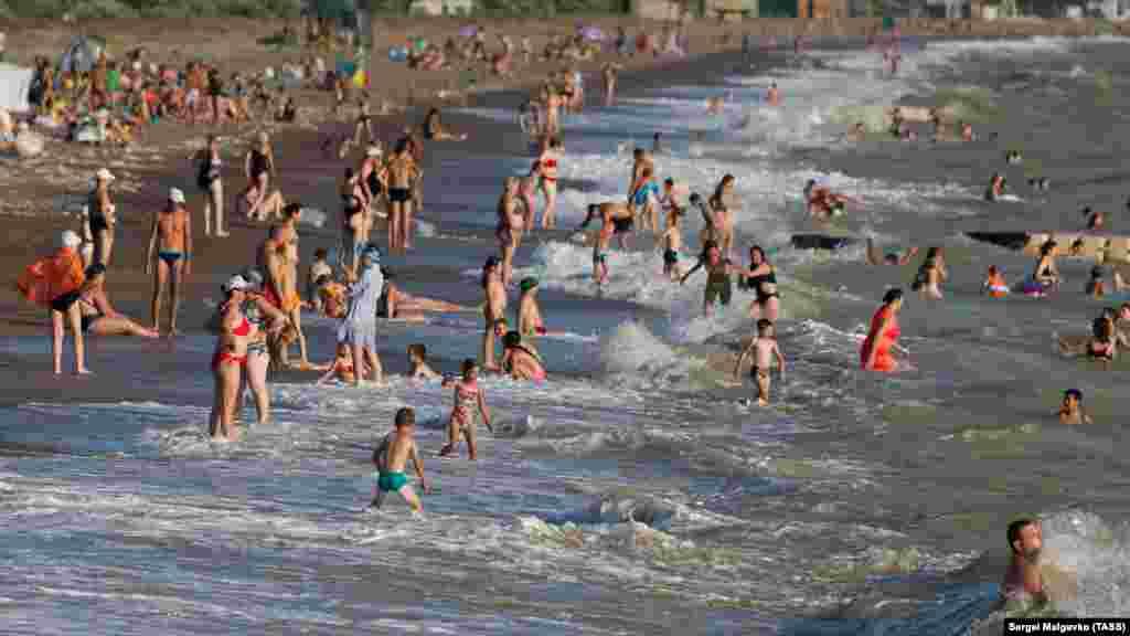 Береговая линия возле поселка – более двух километров песчано-галечных пляжей.Дно моря – умеренно пологое, что немаловажно для отдыхающих с детьми