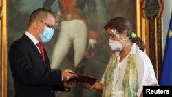 Външният министър на Венецуела Хорхе Ареаса връчва нотата за напускане на страната на посланика на ЕС Изабел Брилянте на 24 февруари 2021 г. в Каракас