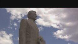 Памятник Кунаеву с чертами Ленина