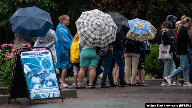 Севастополь: дождь и люди (фотогалерея)