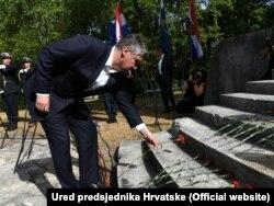 Predsjednik Milanović polaže cvijeće na spomenik u Brezovici