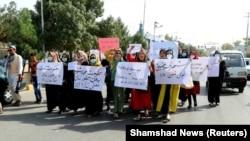 Мазари-Шарифтеги аялдардын демонстрациясы. 6-сентябрь, 2021-жыл.
