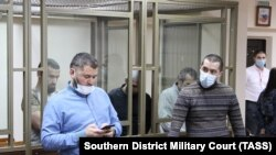 Riza Ömerov, Enver Ömerov ve Ayder Cepparov (arqa planda) mahkemede