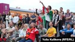 Болельщики смотрят матч Россия - Бельгия в Петербурге