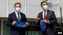Министерот за надворешни работи, Бујар Османи и вицепремиерот за европски прашања, Никола Димитров со знамето на ЕУ.