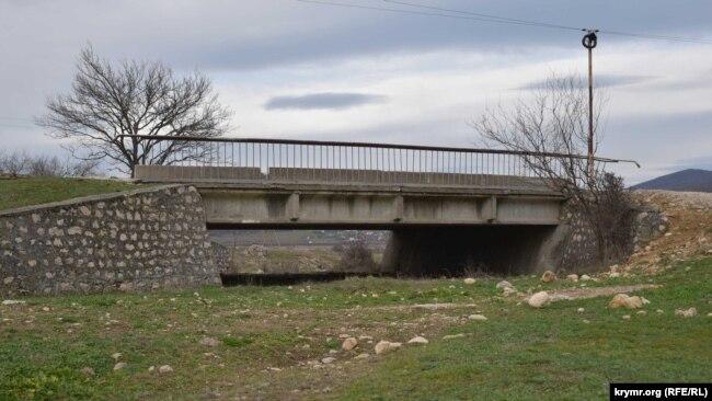 Мост над пересохшей рекой Боса в Байдарской долине