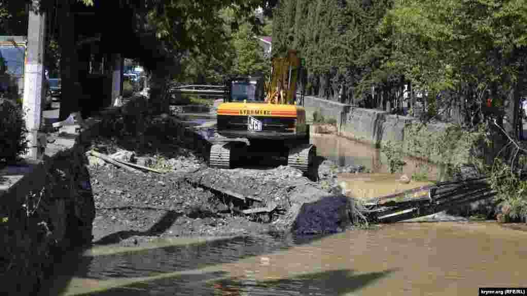 Русло второй ялтинской реки – Дерекойки – тоже чистят от последствий стихии спустя два месяца