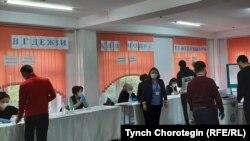 4-октябрдагы парламенттик шайлоодо добуш берүү. Бишкек. 2020-жыл.