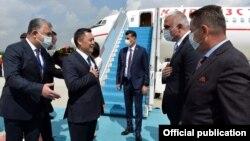 Садыр Жапаров в аэропорту в Анкаре. 9 июня 2021 года.