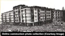 A Bukarest közelében található Pitestiben várja nagy tömeg Nicolae Ceaușescu érkezését. Egy évvel azután készült a kép, hogy az egykori suszter tanonc hatalomra került Romániában.