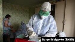 Медицинский сотрудник в Симферополе, иллюстрационное архивное фото