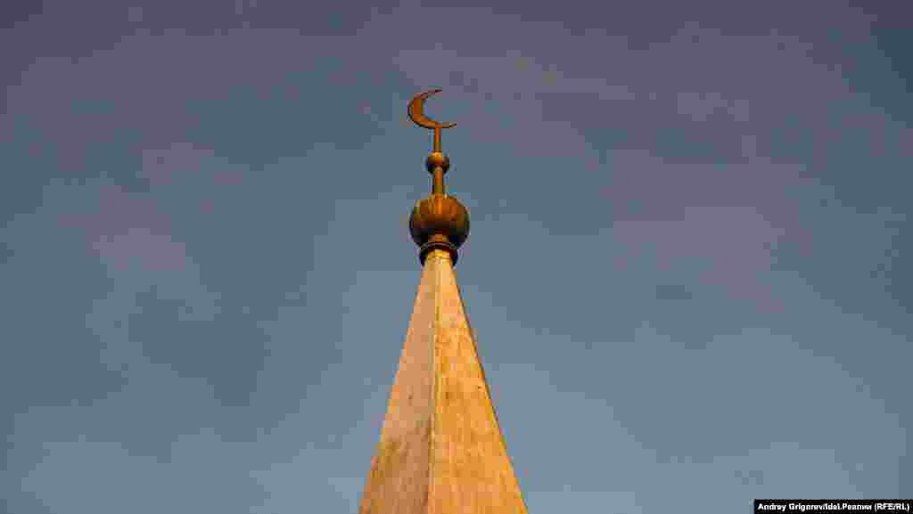 Уже в девяностые у мечети появились два пристроя, а еще до официального возвращения мусульманской общине здания (оно состоялось 24 мая 1993 года) — современный минарет. Отдельного выхода туда из самого здания нет. К минарету можно подняться по приставленной к зданию деревянной лестнице. Однако делать это в самой общине не рекомендуют: кровля прогнила, её тоже предстоит заменить