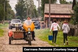 Falusi életkép: barkácsolt oldalkocsis motor, Niva és UAZ