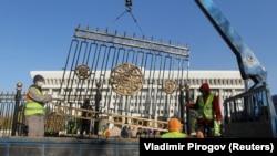 Снос ограждения вокруг здания Жогорку Кенеша и президентского аппарата.