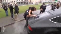 Femen aktivistləri Strauss Kahn-in avtomobilinə hücum ediblər