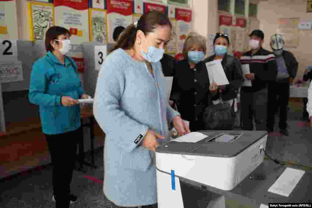 Для голосования применяются автоматические считывающие урны. Бишкек.