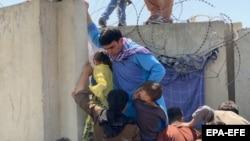 Хаос и отчаяние в аэропорту Кабула: как афганцы бегут от талибов (фотогалерея)