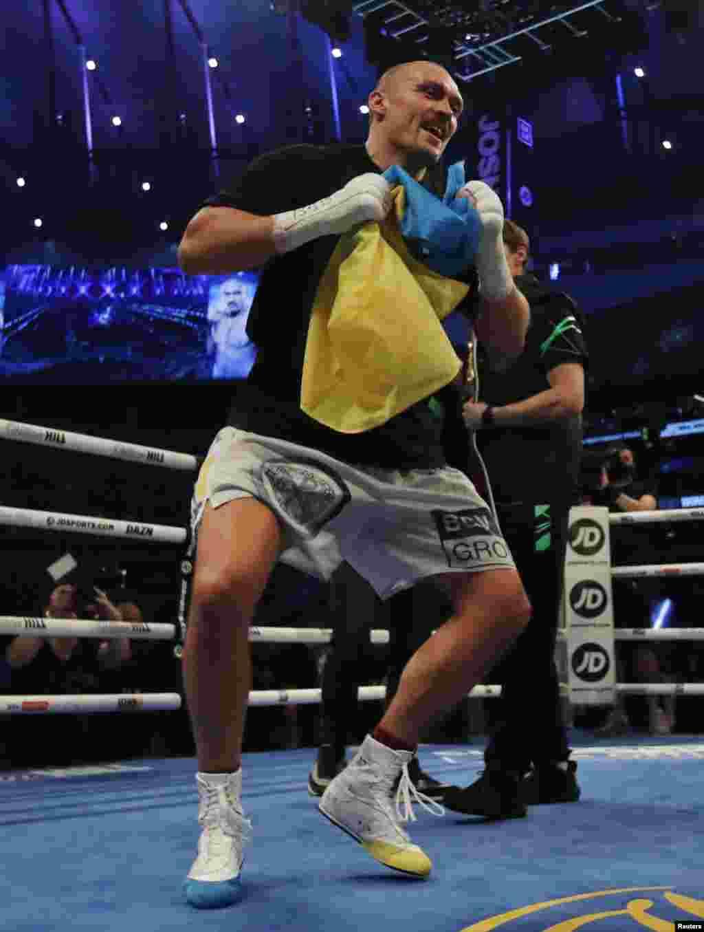 Усик сплясал украинский гопак после победы над британцем Энтони Джошуа