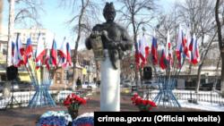 Пам'ятник Богдану Хмельницькому у Сімферополі під час святкування річниці Переяславської ради, 18 січня 2021 року