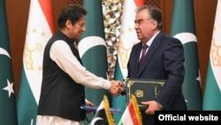 Премьер-министр Пакистана Имран Хан с президентом Таджикистана Эмомали Рахмоном