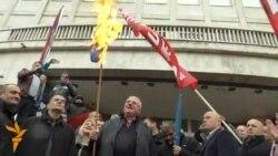 Šešelj palio zastave ispred zgrade suda