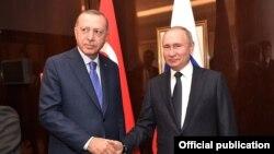 Реджеп Тайїп Ердоган (л) і Володимир Путін (п) намагаються не афішувати розбіжностей, але в протистоянні України російській агресії Анкара загалом підтримує Київ