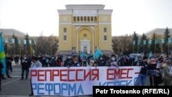 Алматы орталығына митингіге жиналған жұрт. 31 қазан, 2020ю