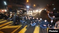 Armenia - Opposition protesters block a street in Yerevan to demand Prime Minister Nikol Pashinian's resignation, December 3, 2020.