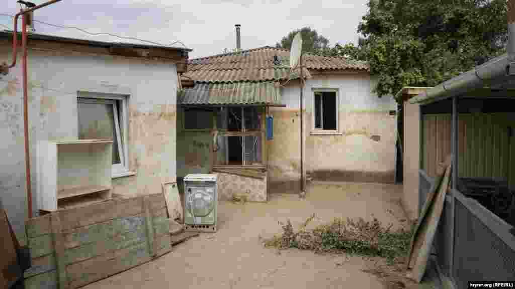 Двор полностью очищен от грязи и сели. Следы потопа остались только на стене дома