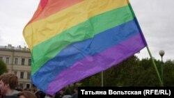 Флаг ЛГБТ на одной из массовых акций в Петербурге, 2006 год
