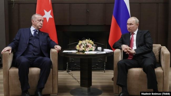 Президент Турции Реджеп Тайип Эрдоган (л) и президент России Владимир Путин (л) во время встречи в резиденции «Бочаров ручей» в Сочи, Россия, 29 сентября 2021 года