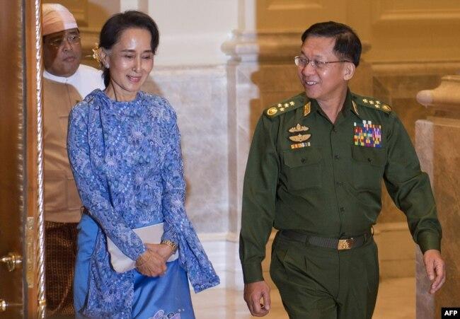 Аун Сан Су Чжи (сол жақта) мен Мин Аунг Хлайн (оң жақта).
