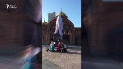 В Новосибирске мужчина с топором напал на памятник Николаю II и его наследнику