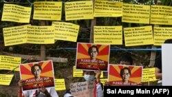 Sa protesta na kojem se zahtijeva oslobađanje pritvorene liderice zemlje Aung San Su Ći Kyi, Jangon, Mjanmar (16. februar)