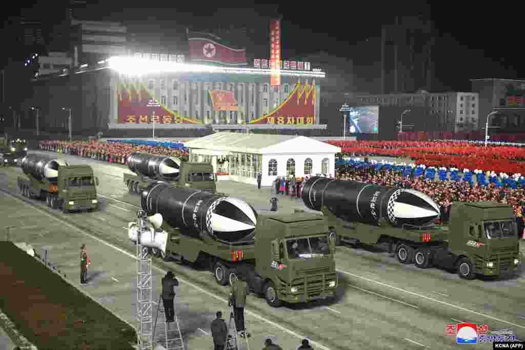 СЕВЕРНА КОРЕЈА - Северна Кореја на вчерашната воена парада прикажа како што се чини нова балистичка ракета со подморница (SLBM), неколку дена пред инаугурацијата на новоизбраниот претседател на САД, Џо Бајден, која е закажана за 20 јануари. Фотографиите на државните медиуми покажуваат дека лидерот Ким Јонг Ун се смее и мавта додека го надгледуваше настанот на плоштадот Ким Ил Сунг во Пјонгјанг.