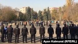 Митинг өтіп жатқан жерде тұрған полиция. Алматы, 31 қазан 2020 жыл.
