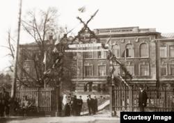 Школа села Рыбацкого, у ворот – Павел Иванович Брюхов
