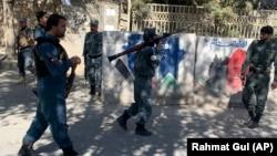 Университет маңын күзетіп жүрген қауіпсіздік күштері. Кабул, 2 қараша 2020 жыл.