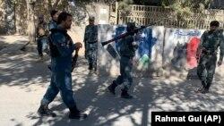 Сотрудники сил безопасности у здания университета в Кабуле. 2 ноября 2020 года.