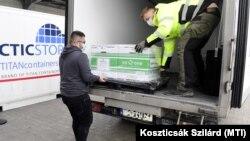Egy szállítmány Moderna-oltást vesz át Magyarország nevében a Hungaropharma Budapesten, 2021. január 12-én.