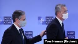 Энтони Блинкен (слева) и Йенс Столтенберг – госсекретарь США и генеральный секретарь НАТО озабочены концентрацией российских войск вдоль границы с Украиной и в аннексированном Россией Крыму