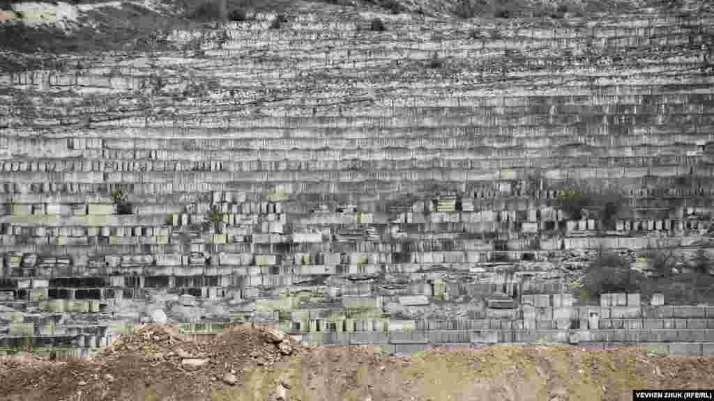 Знаменитий інкерманський камінь і блоки пиляли за допомогою спеціальної машини поки порода відповідала будівельним нормам міцності. Коли камінь, що видобувається, ставав пухким, розробку на такій ділянці припиняли