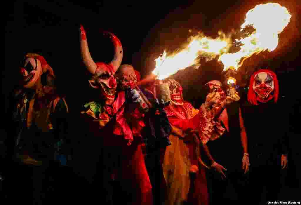 В Никарагуа вместо популярного Хэллоуина придерживаются традиций предков. На фото: люди участвуют в ежегодном фестивале Los Aguizotes в городе Масая