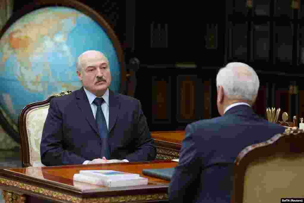 БЕЛОРУСИЈА - Александар Лукашенко, кој владее со Белорусија 26 години, го нарече Меѓународниот олимписки комитет (МОК) банда, откако му беше изречена привремена забрана која може да го исклучи од Олимписките игри во Токио наредната година. Забраната е донесена поради насилното задушување на протестите по спорните претседателски избори во земјата.