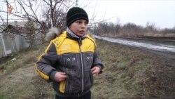 Діти у селі на Донбасі не можуть навчатися, бо школа – по той бік фронту
