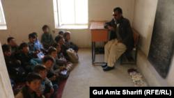 آرشیف، یک معلم با شاگردان در یک صنف