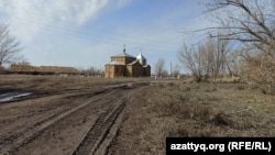 Покатиловка ауылындағы шіркеудің алдынан өтетін жол.