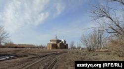 Ведущая к церкви неасфальтированная дорога в селе Покатиловка.