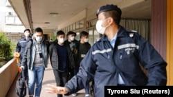A rendőrség elviszi Lester Shum demokráciapárti aktivistát. Több mint 50 hongkongi aktivistát vettek őrizetbe az új nemzetbiztonsági törvényre hivatkozva. 2021. január 6., Hongkong, Kína.
